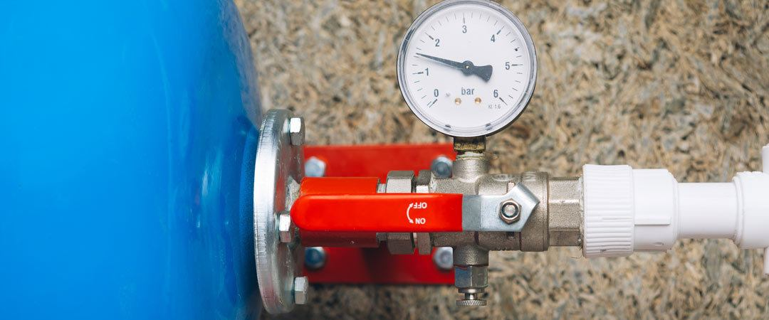 Expansion tank with pressure gauge